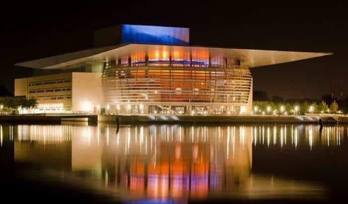 Это Оперный театр.