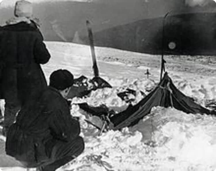 Поисковики возле полураскопанной палатки.