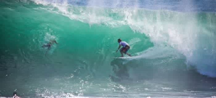 Серфингисты облюбовали восточное побережье острова.