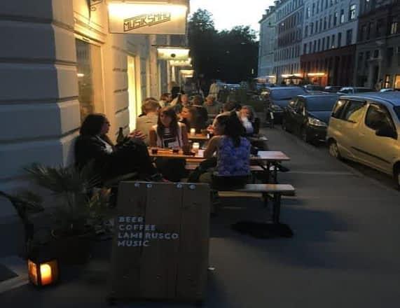 Обычная уличная кофейня.